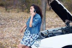 Vrouw met gebroken autobespreking op telefoon Royalty-vrije Stock Foto's