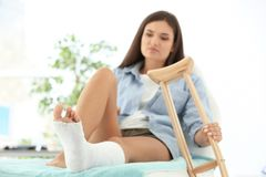 Vrouw met gebroken been in gegoten stock afbeeldingen