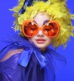 Vrouw met geel haar en carnaval glazen Stock Foto's