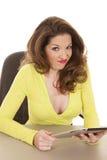 Vrouw met geel overhemd en tablet grappig gezicht stock foto's