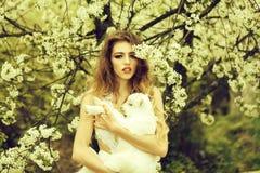 Vrouw met geit in bloesem royalty-vrije stock afbeeldingen