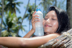 Vrouw met gekoeld water Stock Foto