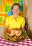 Vrouw met gekookte kip royalty-vrije stock foto