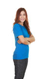 Vrouw met gekruiste wapens, dragend t-shirt Stock Afbeeldingen