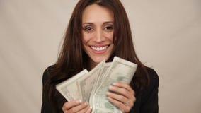 Vrouw met geld stock footage