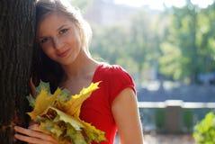 Vrouw met gele bladeren Stock Fotografie