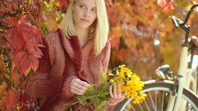 Vrouw met gele flovers De herfst gelukkig meisje en vreugde De herfst openluchtportret van het mooie gelukkige meisje lopen in pa stock video