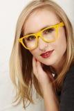 Vrouw met gele glazen. Stock Afbeeldingen