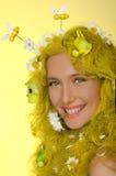 Vrouw met gele haar, bloemen, en bijen in hen Royalty-vrije Stock Fotografie