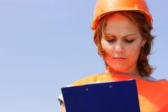 Vrouw met gele veiligheid helme stock foto