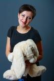 Vrouw met geliefd stuk speelgoed Stock Fotografie