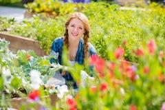 Vrouw met gelukkige glimlach in tuin stock afbeeldingen