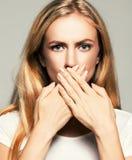 Vrouw met gesloten mond Royalty-vrije Stock Foto's