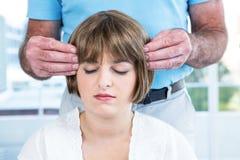 Vrouw met gesloten ogen het ontvangen van reiki van mannelijke therapeut royalty-vrije stock afbeelding
