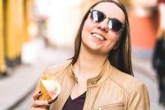 Vrouw met gesmolten roomijs op neus Het gelukkige het glimlachen persoon eten stock afbeeldingen