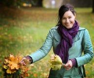 Vrouw met gevallen bladeren Royalty-vrije Stock Afbeeldingen