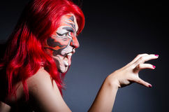 Vrouw met gezicht het schilderen Stock Foto