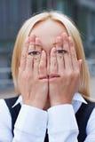 Vrouw met gezicht op haar handen Stock Afbeeldingen