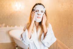 Vrouw met gezichts kosmetisch masker, skincare royalty-vrije stock foto