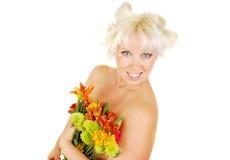 Vrouw met gezichtsmake-up en de herfstbloemen. Stock Fotografie