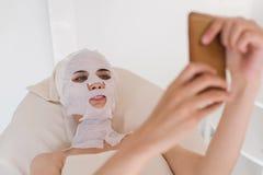 Vrouw met gezichtsmasker die selfie maken royalty-vrije stock fotografie