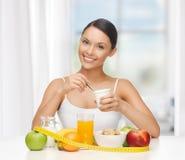 Vrouw met gezond ontbijt en het meten van band Royalty-vrije Stock Afbeeldingen