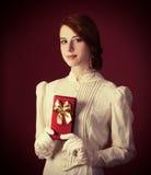Vrouw met gift stock afbeeldingen
