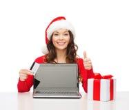 Vrouw met gift, laptop computer en creditcard Stock Afbeelding