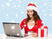 Vrouw met gift, laptop computer en creditcard Royalty-vrije Stock Afbeeldingen