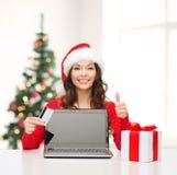 Vrouw met gift, laptop computer en creditcard Stock Foto's