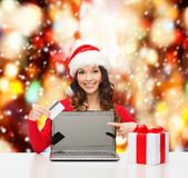 Vrouw met gift, laptop computer en creditcard Stock Fotografie