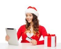 Vrouw met gift, tabletpc en creditcard Stock Foto