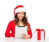 Vrouw met giftdoos en de computer van tabletpc Stock Foto's