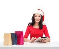 Vrouw met giftdoos en de computer van tabletpc Royalty-vrije Stock Afbeelding