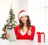Vrouw met giftdoos en de computer van tabletpc Royalty-vrije Stock Afbeeldingen