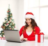 Vrouw met giftdoos en laptop computer Stock Afbeelding