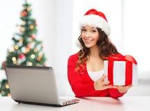 Vrouw met giftdoos en laptop computer Stock Afbeeldingen