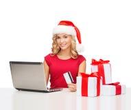 Vrouw met giften, laptop computer en creditcard Royalty-vrije Stock Foto's