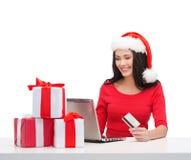 Vrouw met giften, laptop computer en creditcard Royalty-vrije Stock Foto