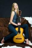 Vrouw met gitaar Stock Afbeelding