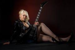 Vrouw met gitaar Royalty-vrije Stock Afbeeldingen