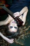 vrouw met gitaar Stock Foto's