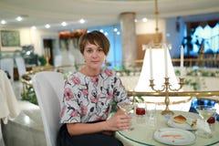 Vrouw met glas champagne royalty-vrije stock foto's