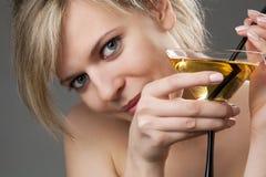 Vrouw met glas van cocktail Stock Afbeeldingen