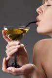 Vrouw met glas van cocktail royalty-vrije stock foto