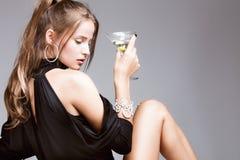vrouw met glas van martini Stock Afbeeldingen