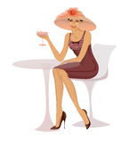 Vrouw met glaszitting bij lijst Royalty-vrije Stock Afbeelding