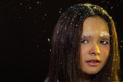 Vrouw met Gllitter-Sneeuwvlok op donkere achtergrond Royalty-vrije Stock Afbeelding