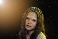 Vrouw met Gllitter-Sneeuwvlok op donkere achtergrond Royalty-vrije Stock Foto's