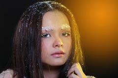 Vrouw met Gllitter-Sneeuwvlok op donkere achtergrond Stock Foto's